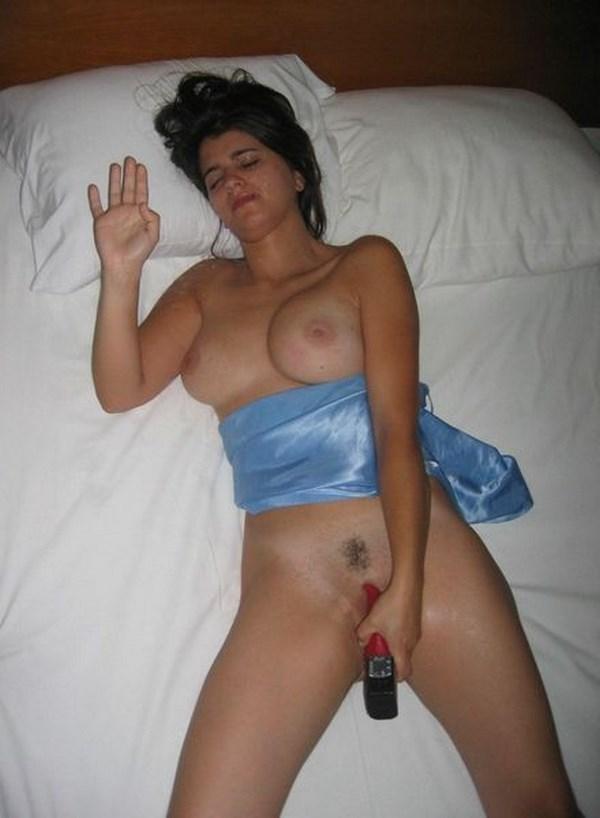 Chat coquin avec une femme pulpeuse aux gros seins